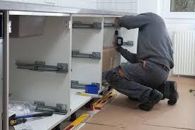 poser plinthe cuisine installer une cuisine installation d une cuisine poser placards