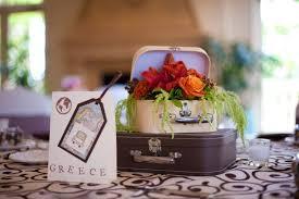 travel themed table decorations des valises rétro pour une déco 100 vintage elle décoration