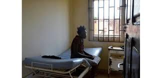 chambre hopital psychiatrique au gabon les malades mentaux traités comme des animaux