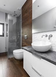 fliesen gestaltung badezimmer fliesen in holzoptik graue fliesen im duschbereich und weiße