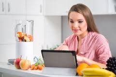 femme nue cuisine cuisson de cuisine de recette de tablette du relevé de femme
