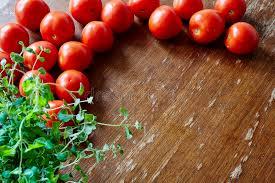 origan frais en cuisine tomates et origan frais dans la cuisine image stock image du