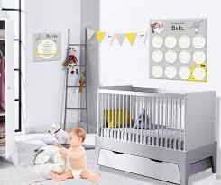 chambre bébé grise et une décoration chambre bébé originale jaune et grise avec des étoiles