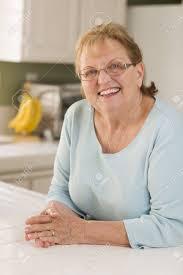 femme dans la cuisine portrait d une femme adulte souriante principal dans la