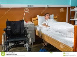 couvert lit le patient malade masculin triste se situant dans le lit d