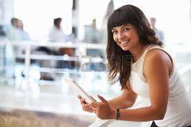 femme nue au bureau portrait de femme souriante dans le bureau avec téléphone banque d