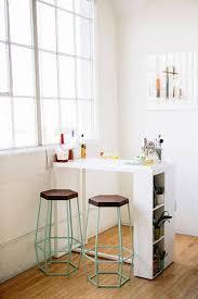 tall table with storage bar voor in een kleine keuken ook leuk in een studio als scheiding
