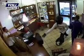rapina in tentano la rapina in gioielleria ma il titolare li prende a calci