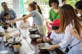 cours cuisine enfant la famille avec de petits enfants font cuire dans un cours de