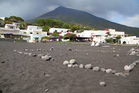 file stromboli beach with black sand jpg wikimedia commons