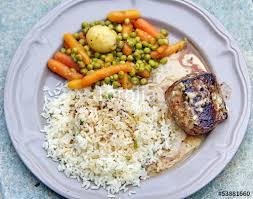 cuisiner le kangourou pavé de kangourou et accompagnement photo libre de droits sur