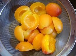 cuisine pocher pocher un fruit au sirop en images le sot l y laisse
