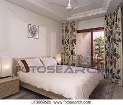 la chambre en espagnol banque d image floral rideaux sur portes patio à balcon