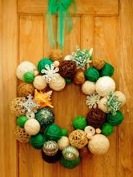how to make a yarn ball wreath how tos diy