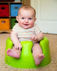 si e bumbo dziecko używa trenujący bumbo siedzenia siedzieć up zdjęcie stock