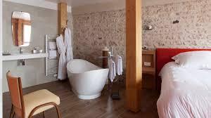 hotel baignoire dans la chambre le jardin des plumes hotel