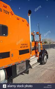 kenworth lkw orange kenworth lkw geparkt an der seite von der autobahn in