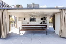 cuisine exterieure beton bardage voie vertical et horizontal en bois la casa lara