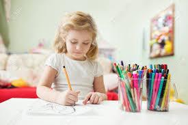 dans sa chambre portrait de l enfant fille dessin à la maison dans sa chambre