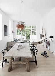 Rustic Dining Table With Modern Chair Her Står Lampe Og Møbelklassikere Fx Koglen Af Ph Og Wegners Y