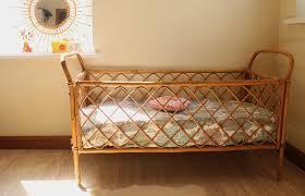 bureau en rotin lit bébé années 60 en rotin vintage chambre d u0027enfant de bébé