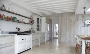 lambris pour cuisine lambris bois blanc inviter le style cagne chic à la maison