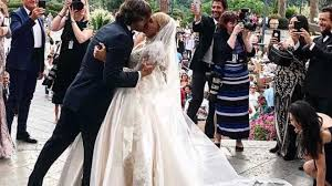 2 wedding dress this s secret model s 2 in 1 wedding dress is giving us