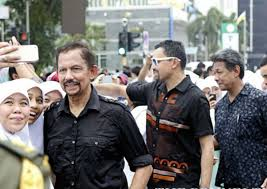 sultan hassanal bolkiah son crowds clamour to take selfies with brunei sultan asia news asiaone