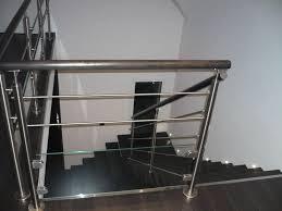 escalier design bois metal garde corps en bois en inox à panneaux en verre à barreaux