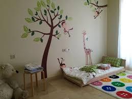 tapis de sol chambre chambre bébé deco chambre pédagogie montessori lit bois sol matelas