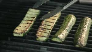 comment cuisiner les legumes comment cuire des légumes sur le bbq aubergine et courgette