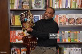Barnes And Noble In Burbank Photos Et Images De Levar Burton Book Signing For