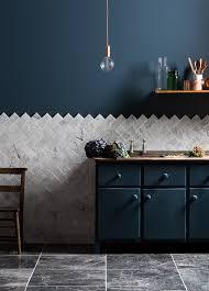 cuisine mur bleu cuisine avec un mur bleu nuit et carrelage marbre intérieurs