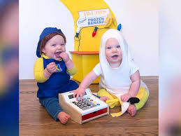 mom makes pop culture halloween costumes for her twin girls each