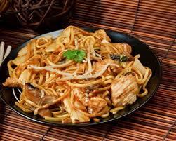 cuisiner des pates chinoises nouilles chinoises au wok oignons dinde et chignons de