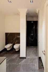 badezimmer düsseldorf dunkle naturstein fliesen und stuck an der decke veredeln dieses
