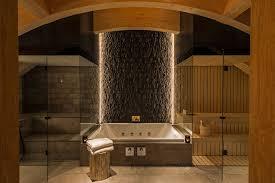 badezimmer mit sauna und whirlpool the chedi residences andermatt presse