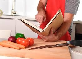 livre cuisine homme homme méconnaissable dans le tablier à la cuisine après la cuisson