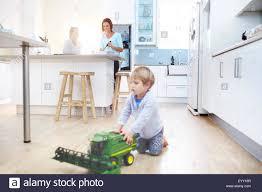 cuisine garcon les femmes dans la cuisine cuisine en garçon joue avec tracteur