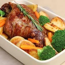 cuisiner un gigot d agneau au four recette gigot d agneau aux légumes rôtis au four