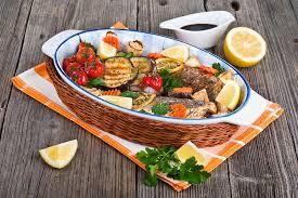 cuisiner du bar au four les poissons de bar ont fait cuire au four avec des légumes des