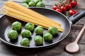 cuisiner choux de bruxelles frais choux de bruxelles organiques frais dans une poêle photo stock