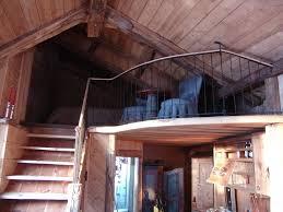 ringhiera soppalco soppalco in legno con scala di accesso e ringhiera di protezione