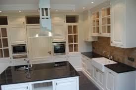 lambris pour cuisine cuisine en mdf hydro portes en pin massif laqué au pinceau plan de