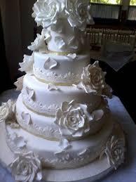 torta de bodas en tono marfil con rosas en tres tonos puntillas y