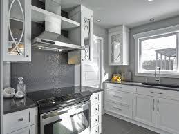 cuisine plancher bois tuile de mur briques grises lisses plancher bois gris foncé poli