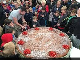 lucky 3 year old cuts world u0027s biggest sponge cake on birthday