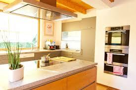 arbeitsplatte k che g nstig warme landhausküche mit holzfronten und naturstein arbeitsplatte