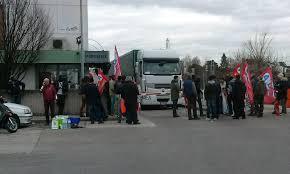 coop adriatica sede dura protesta nel magazzino di coop adriatica tir bloccati per