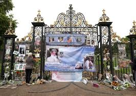 kensington palac the world lost an angel crowds lay tributes to diana at